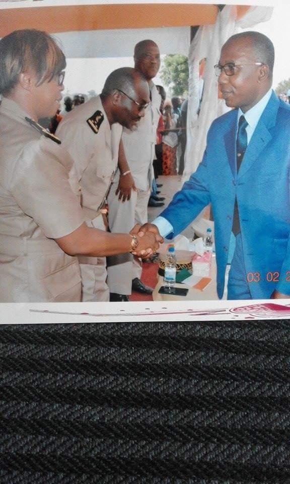 Après son discours, le président Armel Thomas Abya sert la main au sous-préfet de Djidji